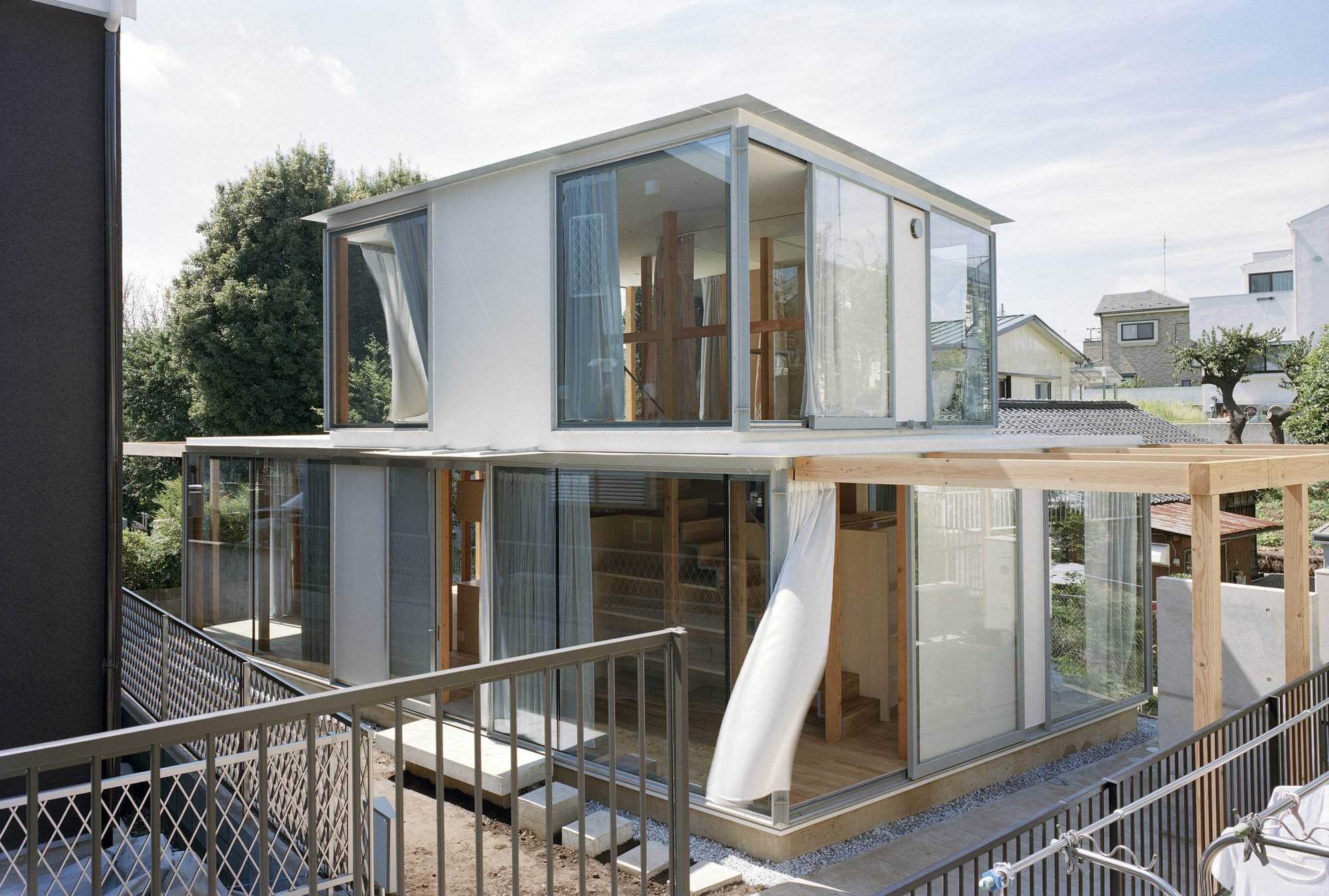 Teppei fujiwara 39 s glass clad small house in tokyo for Small home architects