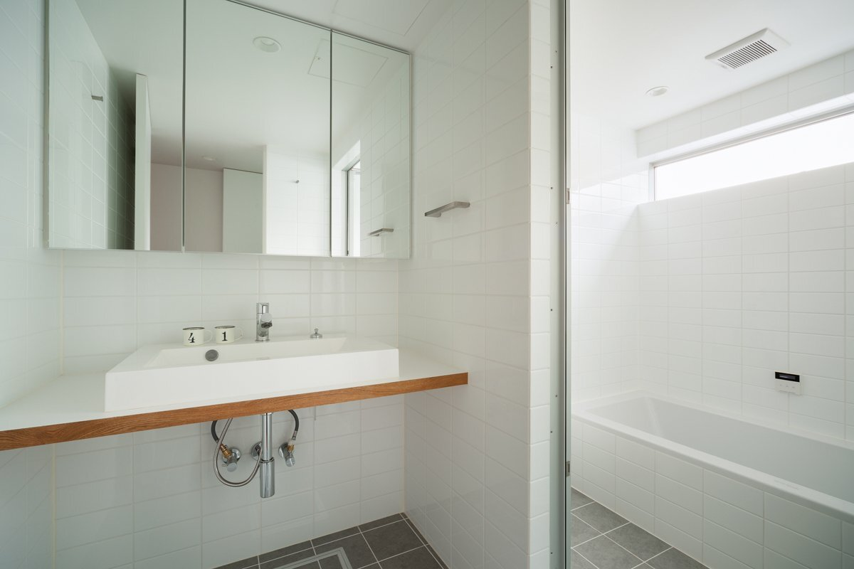 Small house in chibi japan by yuji kimura design for Bathroom in japanese