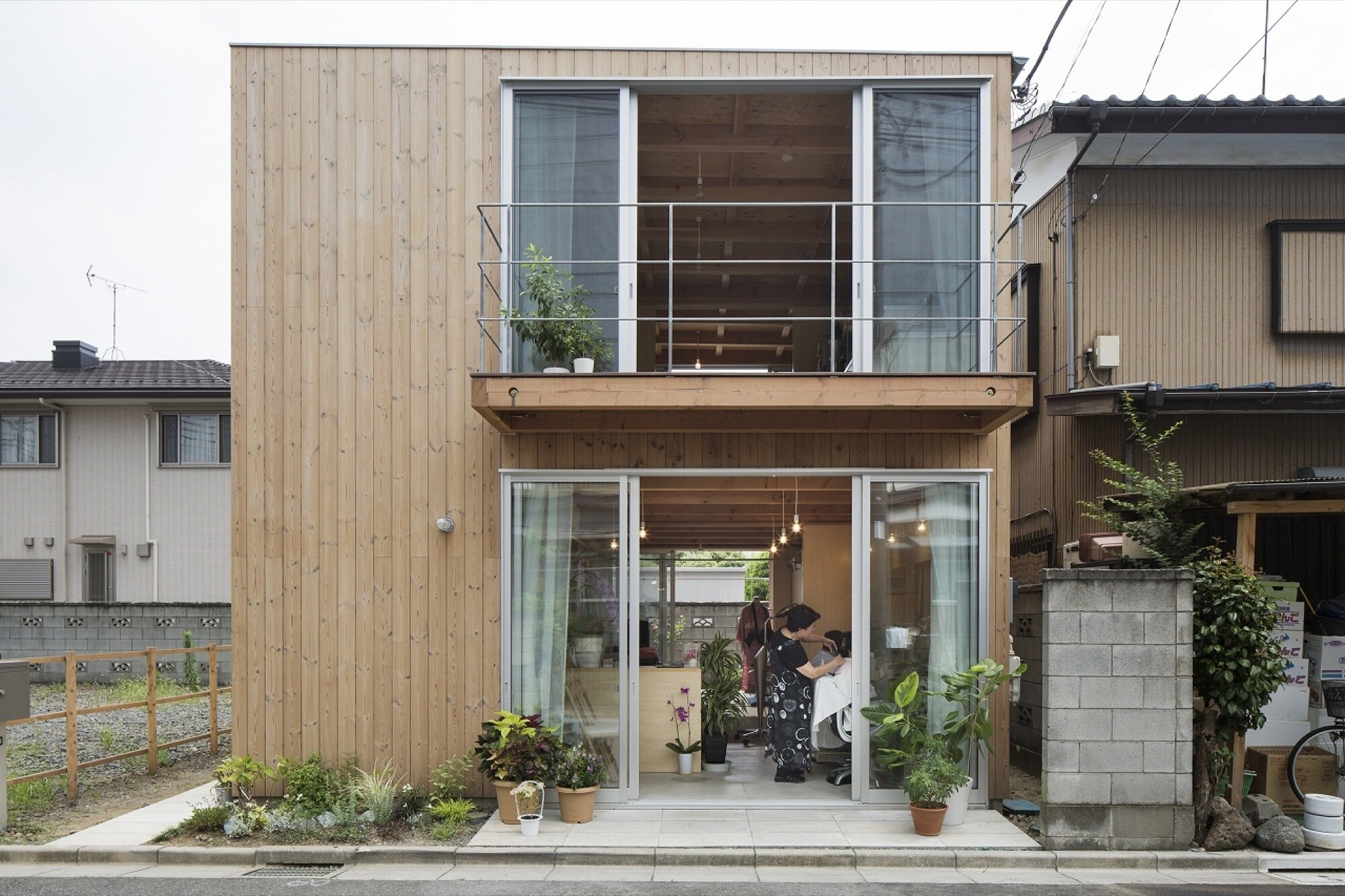 Wooden box house small house in japan mixes work and for Small japanese home designs