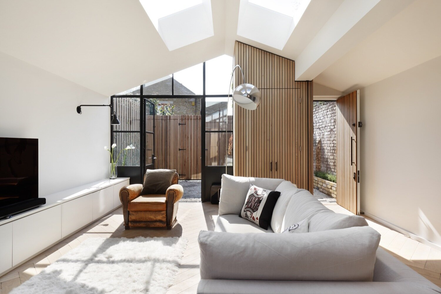The-Courtyard-House-De-Rosee-Sa-United-Kingdom-Living-Room-Humble-Homes