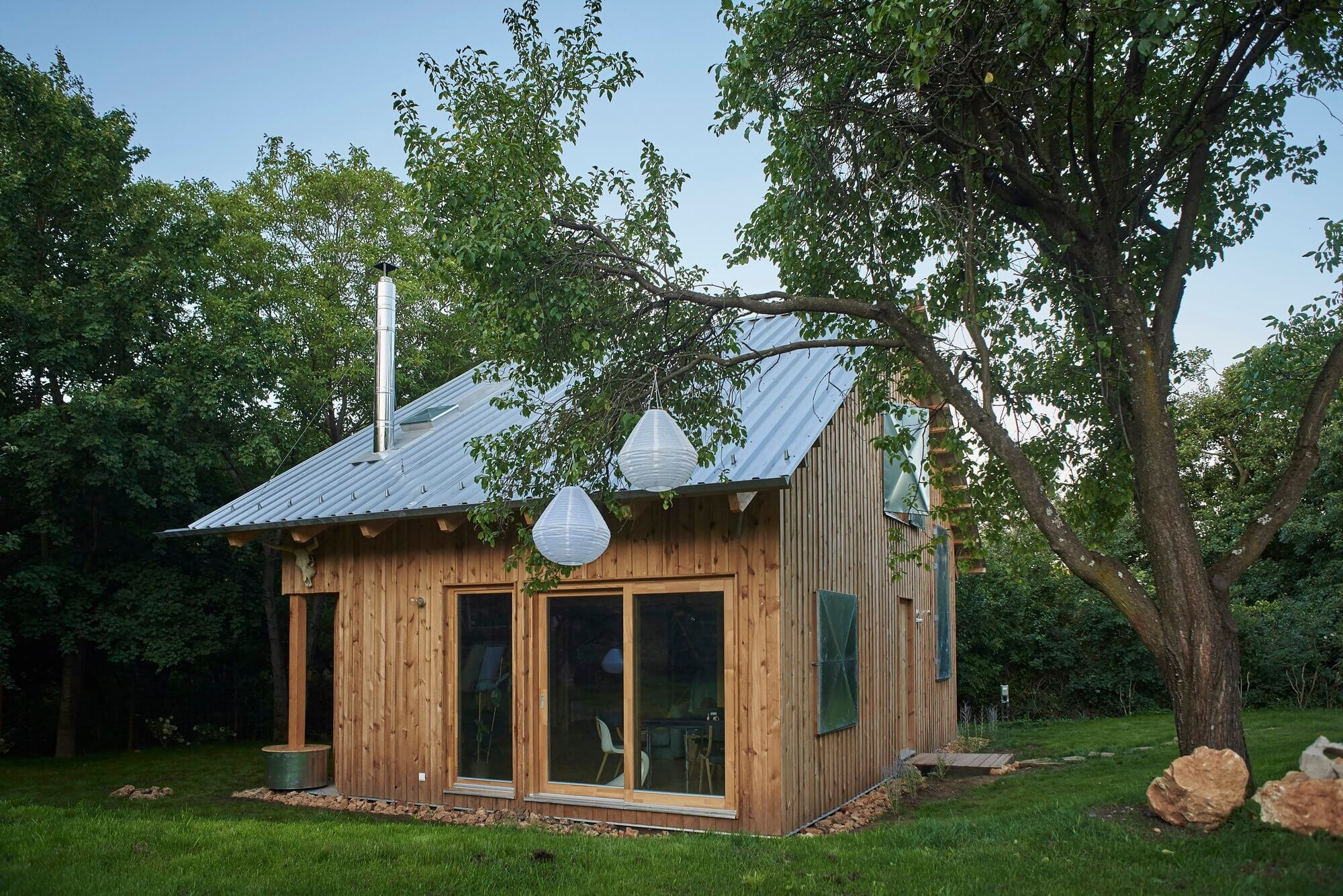 The graphic designer 39 s house a wooden cabin from hungary for Graphic design house