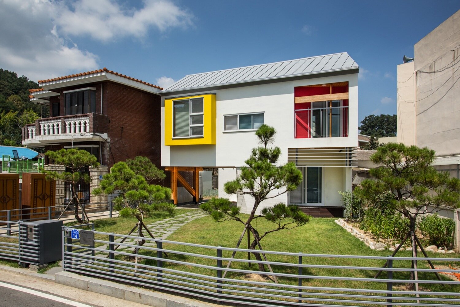 Juhyangjae a bright and colorful family home from south - Mansions in south korea ...